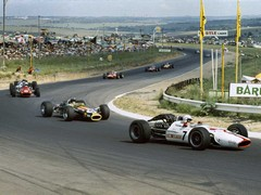 Surtees' Honda leads pack at Kyalami in '68