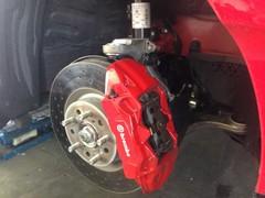 Dual-axis struts reduce torque steer